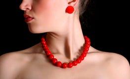 Rode parels rond hals van mooi meisje Royalty-vrije Stock Foto