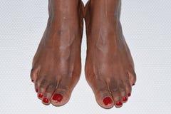 Rode pedicure vrouwelijke voeten op een witte backgrou Royalty-vrije Stock Foto's