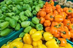 Rode peper, geelgroen op de markt Royalty-vrije Stock Afbeelding