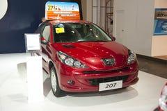 Rode peugeot 207 sedanauto Royalty-vrije Stock Afbeeldingen