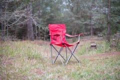 Rode picknickstoel op het bos royalty-vrije stock afbeeldingen