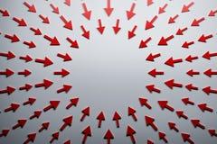 Rode pijlen die aan het centrum richten vector illustratie