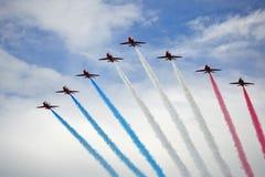Rode Pijlen die Vorming vliegen Stock Foto's