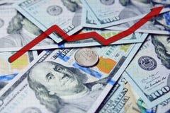 Rode pijlgrafiek op de achtergrond van honderd-dollar rekeningen en de Russische roebel 3d teruggegeven illustratie Stock Fotografie