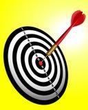 Rode pijltjestokken op een dartboard Stock Afbeeldingen