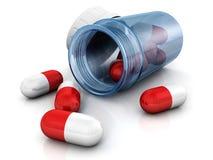 Rode pillen die van blauwe glasfles worden verspreid Stock Afbeeldingen