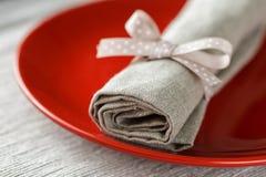 Rode plaat met grijs linnenservet met lint royalty-vrije stock foto's