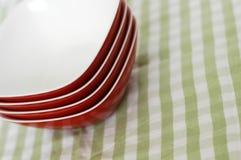 Rode plastic kommen groene doek Stock Fotografie