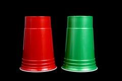 Rode plastic koppen voor kleine cakes op wit Stock Afbeelding