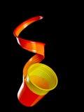 Rode plastic koppen voor kleine cakes op wit Sinaasappel en geel Geïsoleerd op Zwarte Stock Foto's