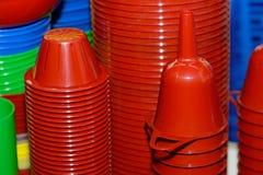 Rode plastic trechters, kommen, platen Plastic beschikbaar vaatwerk royalty-vrije stock foto's
