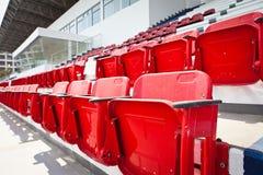 Rode plastic zetels in leeg stadion Royalty-vrije Stock Fotografie