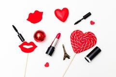 Rode pomada en rode harten op een witte achtergrond Valentine-conce Stock Fotografie