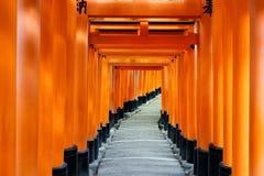 Rode poortmanier, toriigang in Fushimi Inari Taisha, Kyoto, Japan stock afbeeldingen