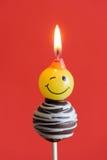 Rode pop de chocoladecake van de themaverjaardag stock afbeeldingen