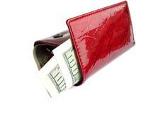 Rode portefeuille met honderd dollars die op een witte backgrou worden geïsoleerdl Stock Afbeeldingen