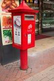 Rode postbox aan de kant van de straat in Maca Stock Foto's