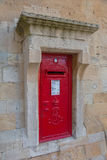Rode postbox op de steenmuur in Windsor Castle, Engeland Stock Foto