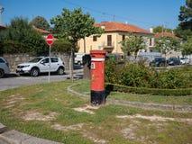 Rode Postbus in de straat, in stad van Porto, Portugal stock foto's