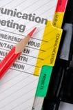 Rode potlood en mededeling stock fotografie