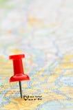 Rode punaise die de Stad van New York op kaart merkt Stock Foto's