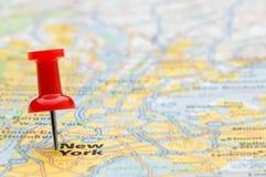 Rode punaise die de Stad van New York op kaart merkt Stock Afbeeldingen