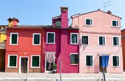 Rode, purpere en roze huizen in Burano, Italië Stock Foto's