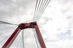 Rode pyloon en kabels van Willemsbrug-brug tegen bewolkte hemel royalty-vrije stock afbeelding