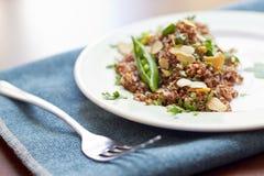 Rode Quinoa met Sugar Snap Peas Stock Foto