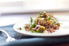 Rode Quinoa met Sugar Snap Peas Stock Fotografie