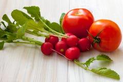 Rode radijs en tomaat Stock Foto's