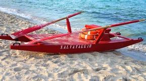 Rode reddingsboot op een Italiaans strand stock foto's