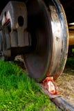 Rode remschoen onder het wiel van een goederenwagon op het opruimen royalty-vrije stock foto's