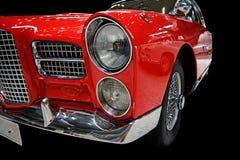 Rode retro auto die op zwarte wordt geïsoleerdn Stock Foto's