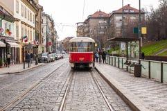 Rode retro tram in Praag Stock Fotografie