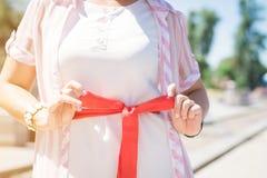 Rode riem op de zomerkleding stock afbeeldingen