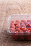 Rode rijpe aardbei in plastic doos verpakking Stock Afbeeldingen