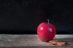 Rode rijpe appel op een houten lijst Stock Fotografie