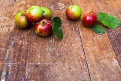 Rode rijpe appelen bij donkere houten lijst Stock Afbeelding