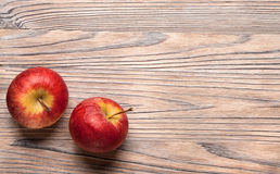 Rode rijpe appelen op een houten lijst Fruitappelen op de oude raad Royalty-vrije Stock Afbeelding