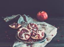 Rode rijpe gepelde granaatappel op rustieke metaalplaat Royalty-vrije Stock Afbeeldingen
