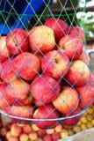 Rode rijpe klaar aan appelvruchten stock afbeeldingen
