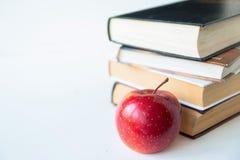 Rode rijpe sappige appel dichtbij boeken royalty-vrije stock afbeeldingen