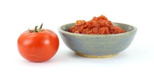 Rode rijpe tomaat en een kom van verpletterde tomaten royalty-vrije stock afbeeldingen