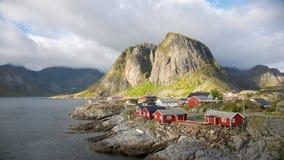 Rode rorbuer op het Eiland Hamnoy, Reine, Lofoten-eilanden timelapse stock videobeelden