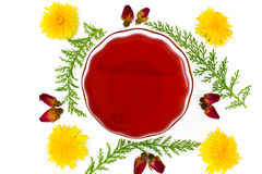 Rode Rose Hibiscus Tea met Bloemen stock afbeeldingen