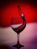 Rode Rose Wine Tempting Abstract Splashing op gradiëntachtergrond van de witte, roze, purpere en rode kleuren op Stock Foto's