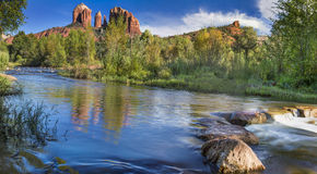 Rode Rots die bij Cahedral-Rots in Sedona Arizona kruisen Royalty-vrije Stock Foto