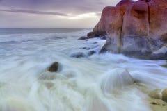 Rode rotsen en de golven Royalty-vrije Stock Foto's