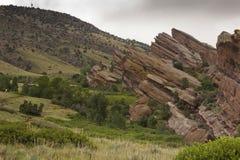 Rode Rotsen en de Rotsachtige uitlopers van de Berg Stock Fotografie